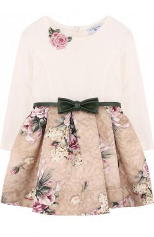 Платье с фактурной отделкой на юбке и поясом Monnalisa. Цвет: бежевый